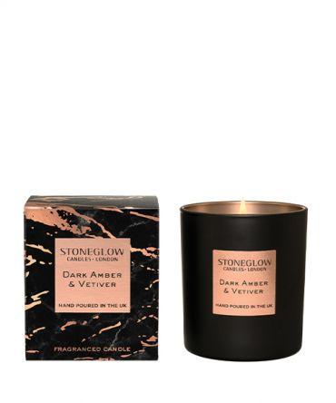 Ароматна свещ Dark Amber & Vetiver със сложен парюмен аромат на бергамот и кехлибар, пачули и жасмин. Луксозен подарък за специален повод.