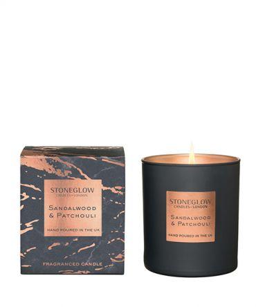 Ароматна свещ Sandalwood & Patchouli с богат дървесен аромат на мъжки парфюм - сандалово дърво, пачули, кехлибар и мъх. Луксозен подарък за мъж.