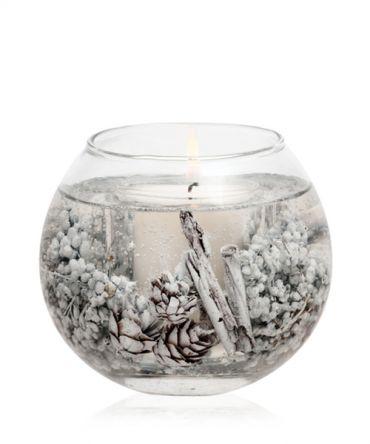 Ароматна гел свещ от лимитирана зимна колекция Коледа с красиви аромати на етерични масла и декорация от истински шишарки, плодове и подправки.