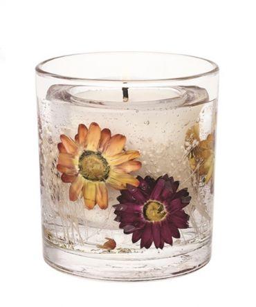 Декоративна ароматна гел свещ с естествени цветя в стъклена чаша, подходяща за подарък