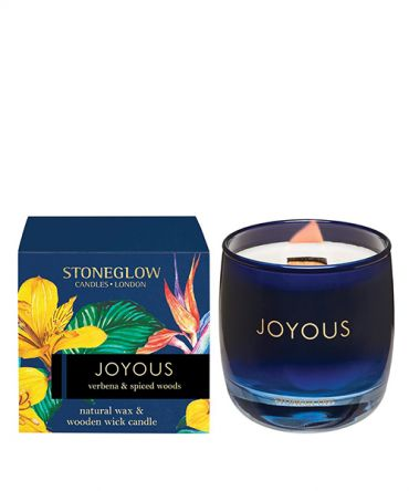 Ароматна свещ Verbena & Spiced Woods с дървен фитил, в цветна стъклена чаша и опаковка за подарък. Цитрусов аромат.