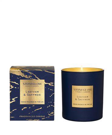 Ароматна свещ Leather & Saffron с дървесен аромат на мъжки парфюм - дървесен, кожа, велур, кехлибар и мускус. Луксозен подарък за мъж.