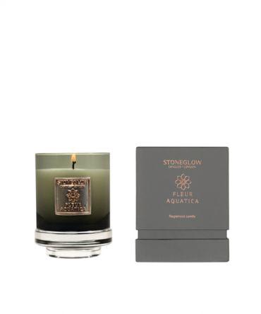 Луксозна ароматна свещ в чаша от опушено цветно стъкло и кутия за подарък. Сложен, завладяващ аромат на бели цветя, жасмин, сандалово дърво, с пикантни нотки на джинджифил.
