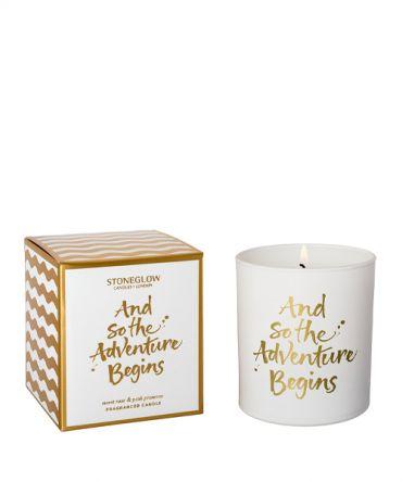 Ароматна свещ And So the Adventure Begins с аромат на праскова, боровинка, роза и просеко
