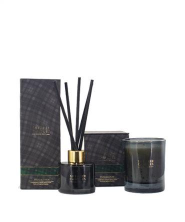 Комплект луксозен дифузер и ароматна свещ Highland Hogmanay с аромат на зимни подправки, всяко в отделна луксозна кутия. Подходящ подарък за мъж.