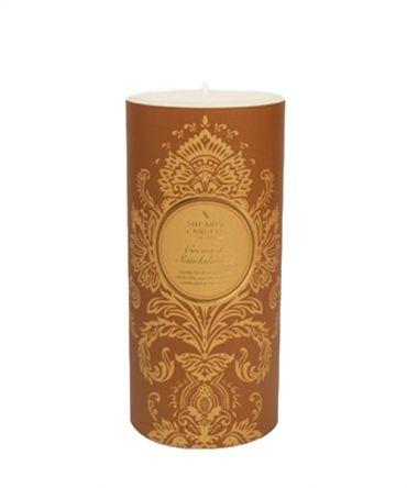 Висока свещ в лилав цвят, с аромат на какао и сандалово дърво. Време за горене - 100 часа.